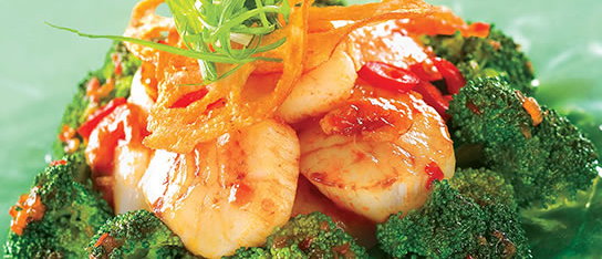 Plate of foodservice Amoy Asian Scallop Stir Fry in a restaurant setting