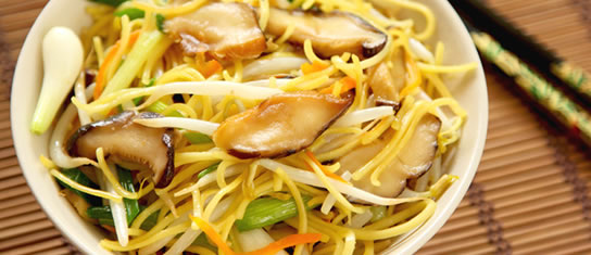 Bowl of foodservice Amoy Asian Chinese Vegetarian Chow Mein in a restaurant setting