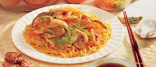 Plate of foodservice Amoy Asian Garlic Chicken Lo Mein in a restaurant setting